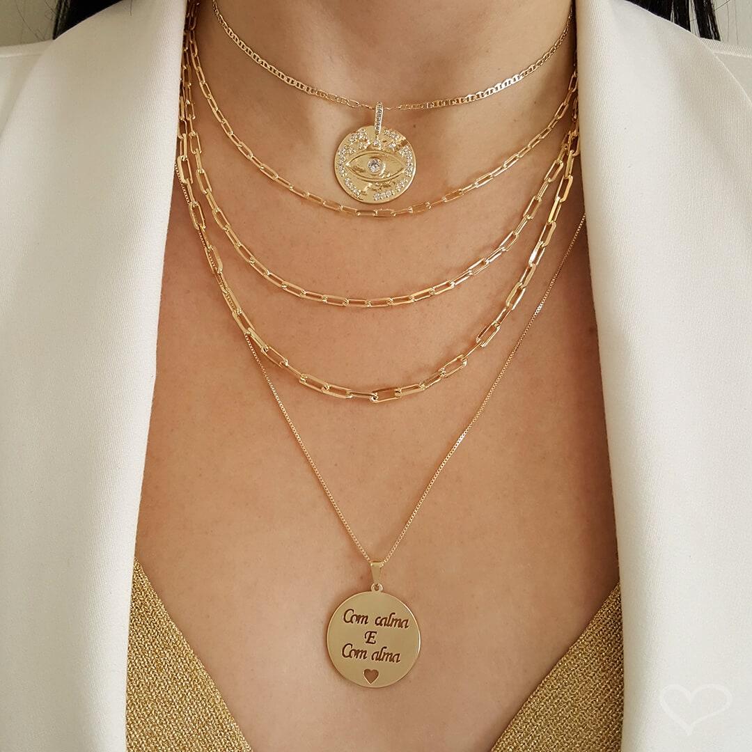 Colar Piuka Longo Medalha Com Calma e Com Alma Folheado Ouro 18k